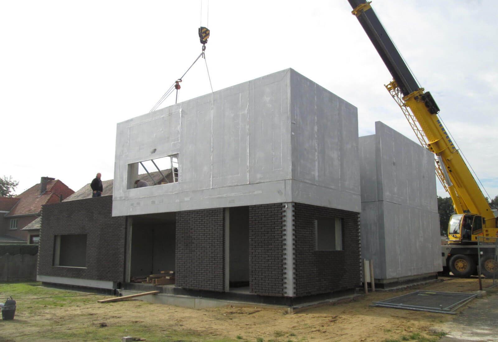 Open ééngezinswoning in betonbouw met praktijkruimte en patio ...