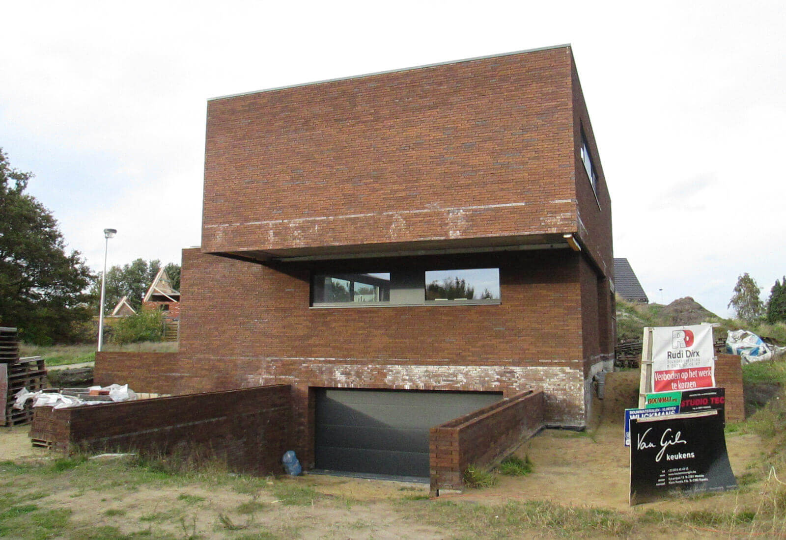 Open ngezinswoning met inpandige garage in kelder studio tec - Dr picture essing onder helling ...